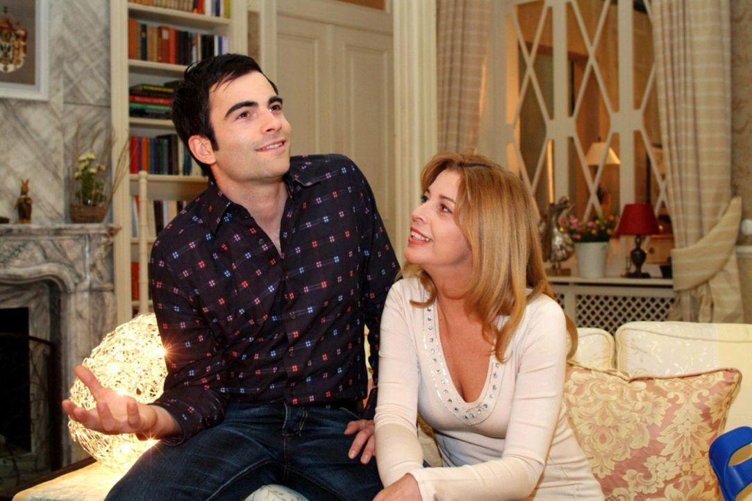 David (Mathis Künzler, l.) gerät vor Laura (Olivia Pascal, r.) ins Schwärmen und steht zu seinen Gefühlen für Lisa. - Bildquelle: Monika Schürle Sat.1