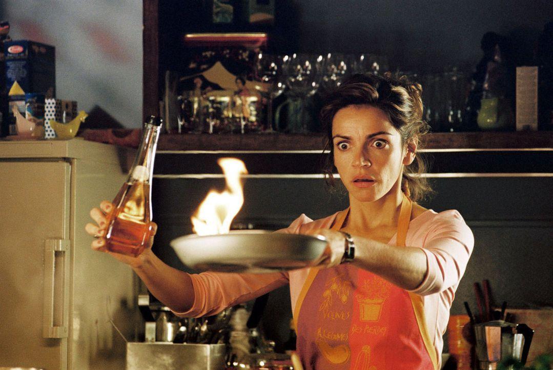 Sandra (Rebecca Immanuel) übt Kochen ... - Bildquelle: Hardy Spitz Sat.1