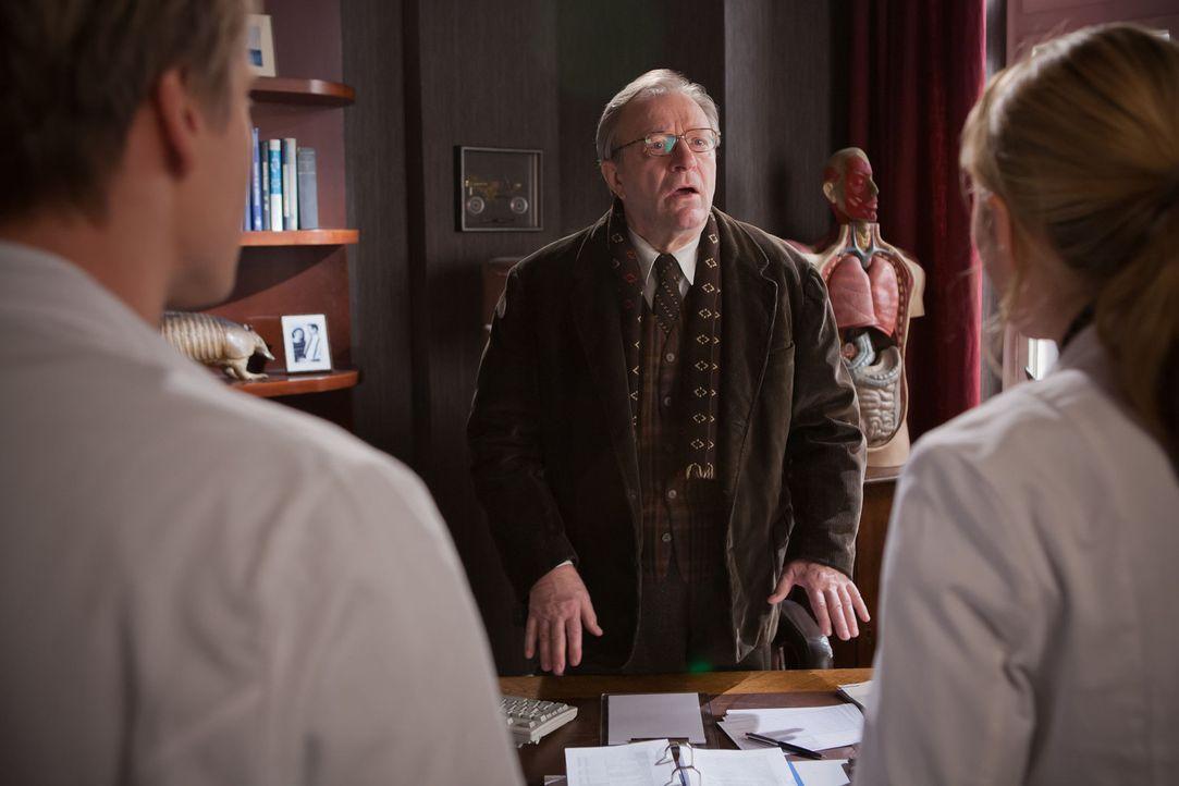 Als Onkel Harry (Gerhard Garbers, M.) verkündet, dass er vorläufig die Praxis nicht weiterführen kann und er deshalb möchte, dass David (Max von Puf... - Bildquelle: Conny Klein SAT.1