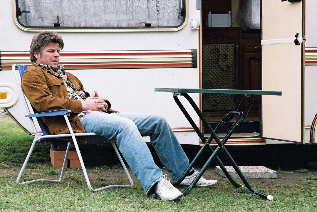 Jupp (Uwe Fellensiek) ermittelt undercover auf dem Campingplatz und beobachtet das Treiben der Camper ... - Bildquelle: Thekla Ehling Sat.1