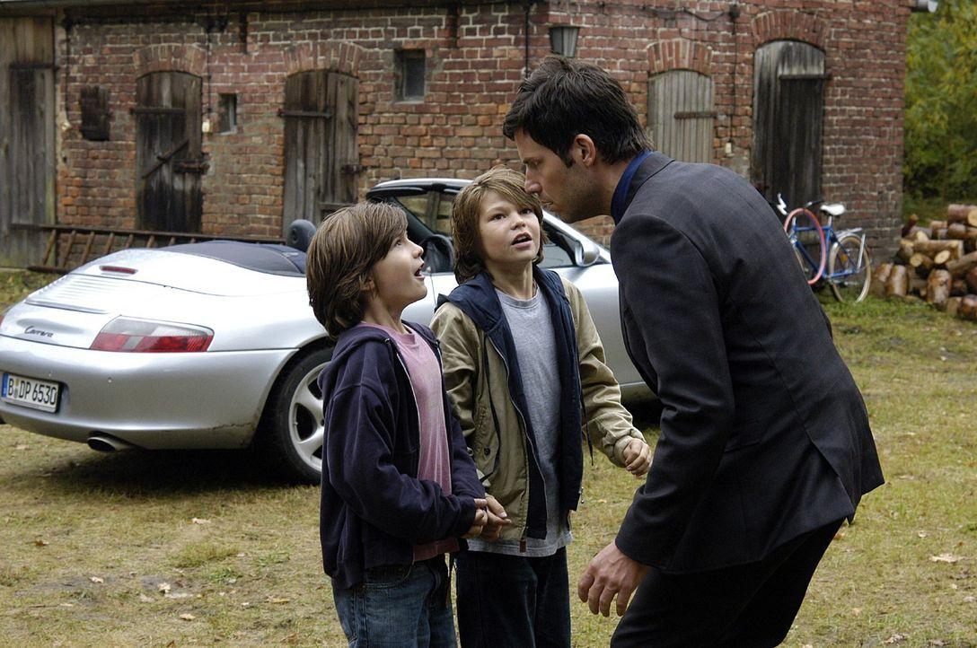 In Pit (Frederick Broecker, M.) und Flo (Fabian Broecker, l.) erkennt Leon (Tim Bergmann, r.) die Jungs wieder, die seinen Porsche beschädigt haben.... - Bildquelle: Oliver Feist Sat.1