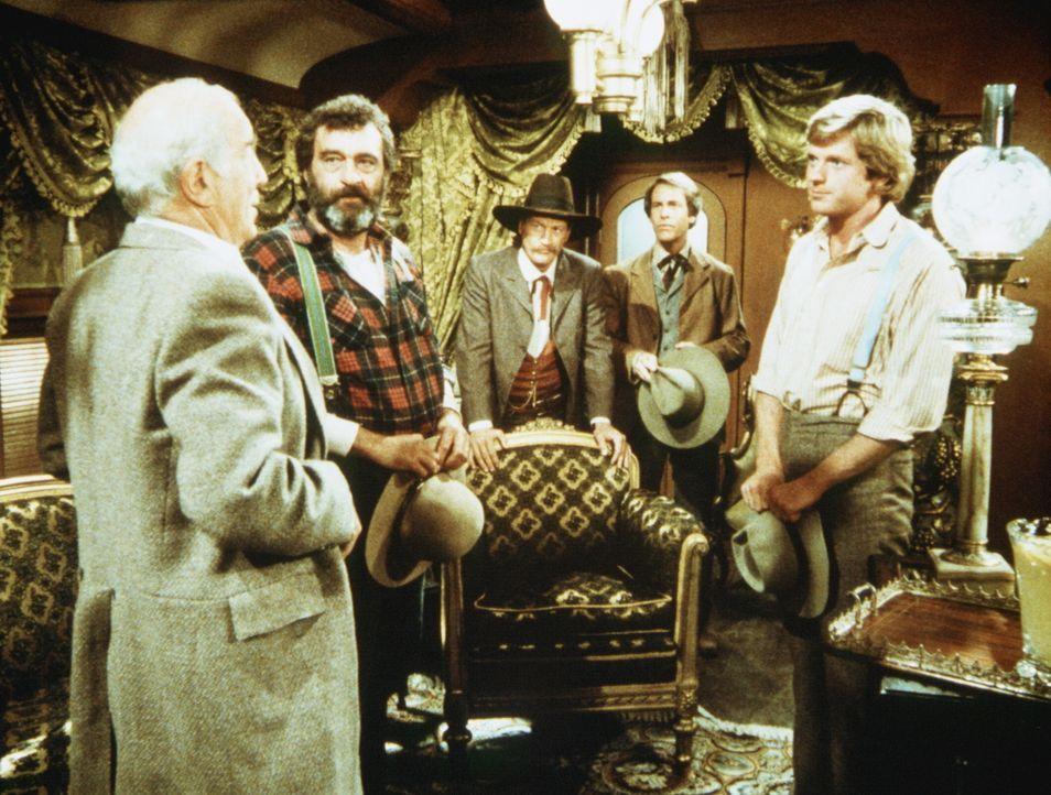 Der Präsident der Eisenbahngesellschaft, Mr. Hollingsworth (Stephen Elliott, l.), bittet Almanzo Wilder (Dean Butler, r.) und Mr. Edwards (Victor Fr... - Bildquelle: Worldvision