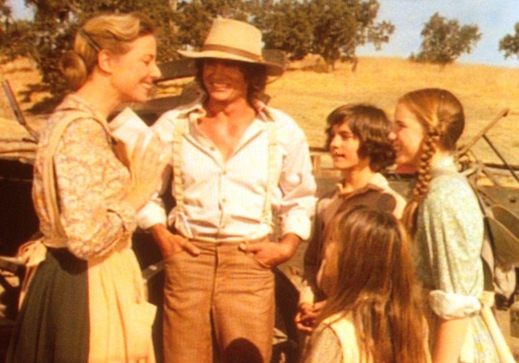 Caroline (Karen Grassle, l.) ist überglücklich. Denn in dem Telegramm kündigen ihre Eltern einen Besuch in Walnut Grove an. Auch Albert (Matthew Lab... - Bildquelle: Worldvision