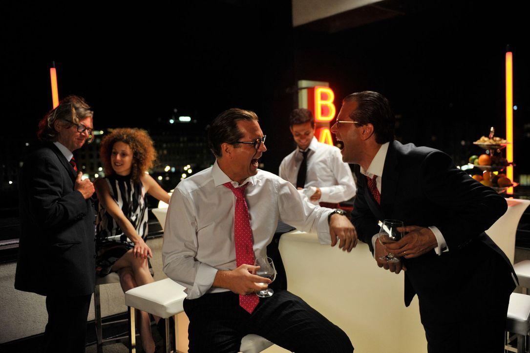 Liegen auf einer Wellenlänge: Jan Breitmann (Thomas Heinze, M.), der Chef vom Blitz-Kurier, feiert zusammen mit Franz Ferdinand von und zu Donnersbe... - Bildquelle: Hardy Brackmann SAT.1