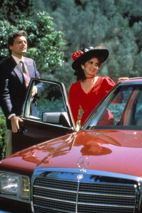 Richard (David Selby, l.) sieht neue Chancen gekommen, als er erfährt, dass Francesca Gioberti (Gina Lollobrigida, r.) Angelas Halbschwester ist und... - Bildquelle: 1984   Warner Brothers