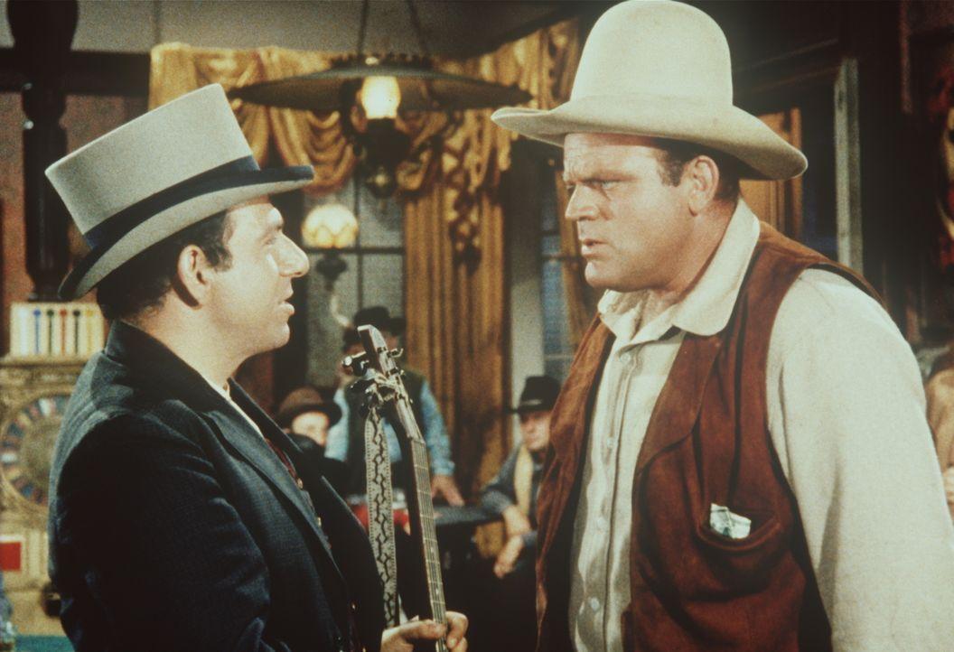 Zu Hoss Cartwrights (Dan Blocker, r.) Betroffenheit gelingt es Clarence Bolling (Herschel Bernardi, l.), die Sympathien der Bürger Virigina Citys zu... - Bildquelle: Paramount Pictures
