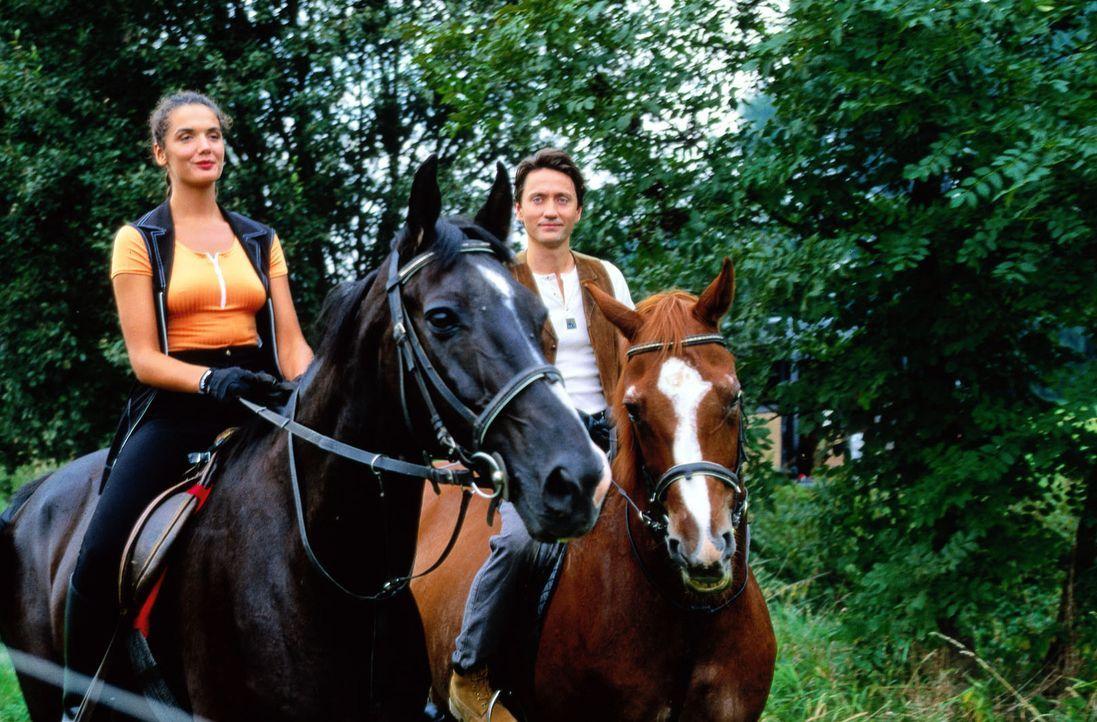 Dr. Kampmann (Ulrich Reinthaller, r.) und Dr. Anne Herzog (Anne von Linstow, l.) beim Ausritt im Elsass. - Bildquelle: Peter Krajewsky Sat.1