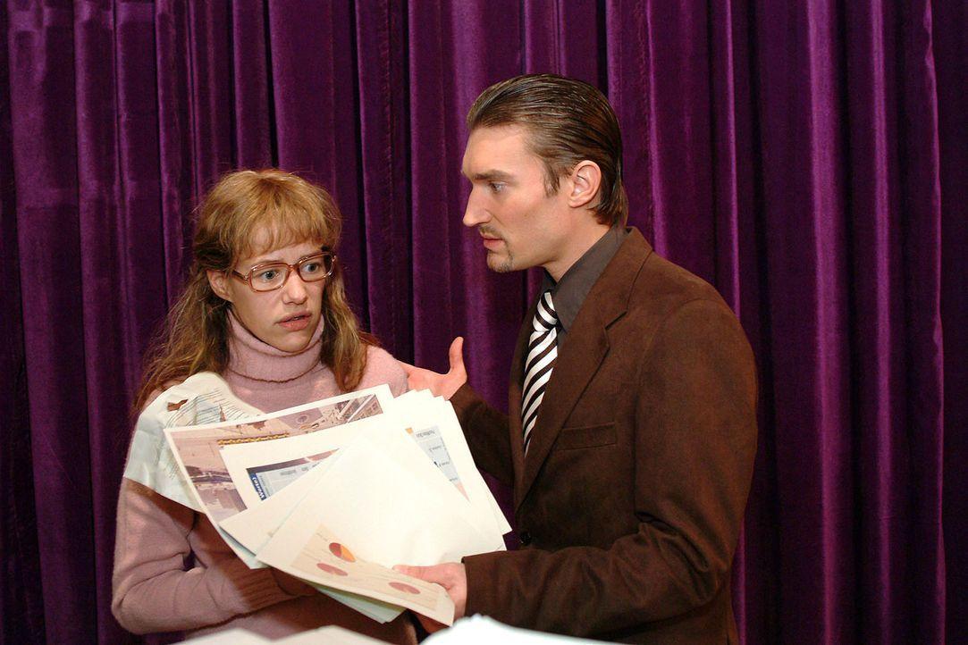 Richard (Karim Köster, r.) erwischt Lisa (Alexandra Neldel, l.), wie sie seine Unterlagen heimlich kopiert. Im Gegensatz zu David ist er scheinbar b... - Bildquelle: Monika Schürle Sat.1