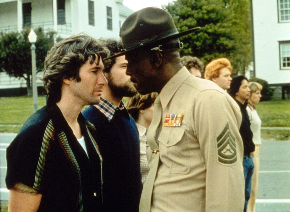 In dem knallharten Ausbilder Sergeant Foley (Louis Gossett jr., r.) findet der antiautoritäre Rebell Zack Majo (Richard Gere, l.) schnell einen würd... - Bildquelle: Paramount Pictures
