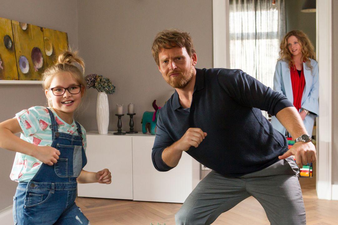 Lisa (Diana Amft, r.) kann es kaum glauben, aber ihre Tochter (Lina und Lisa Schuldeis, l.) hat einen Heidenspaß mit Jochen (Axel Stein, M.) ... - Bildquelle: Chris Hirschhäuser SAT.1