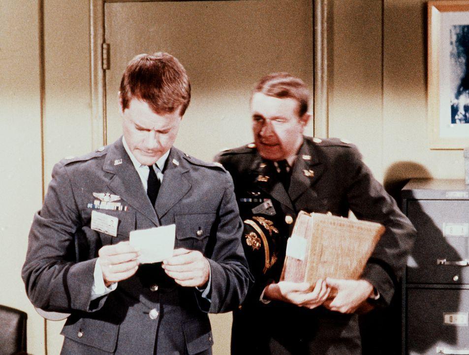 Roger (Bill Daily, r.) bietet seinem Freund Tony (Larry Hagman, l.) seine Hilfe an, als der wegen Jeannies Fahrkünsten vor Gericht erscheinen soll. - Bildquelle: Columbia Pictures