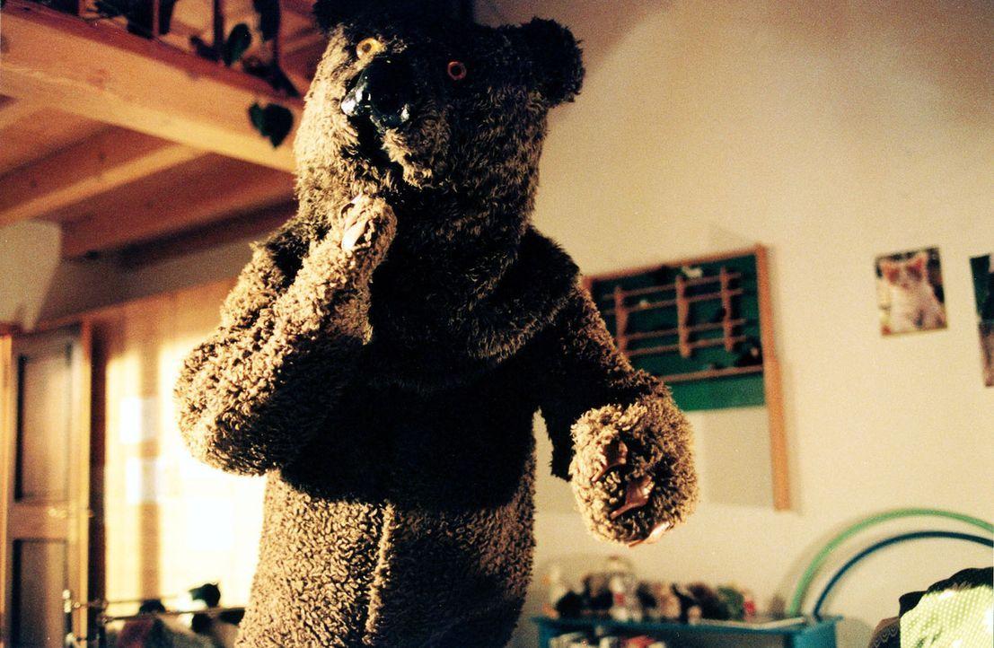 In Jennys Alpträumen taucht immer wieder ein Bär auf, der sich ihr nähert ... - Bildquelle: Sonja Trümper Sat.1