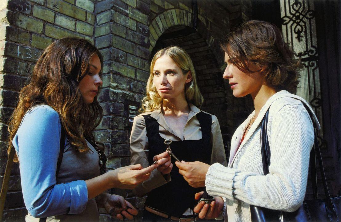 Um ihre unglaublichen Erlebnisse auszutauschen, treffen sich Susanne (Margrit Sartorius, r.), Jasmin (Mina Tander, l.) und Christine (Nadeshda Brenn... - Bildquelle: Volker Rohloff ProSieben