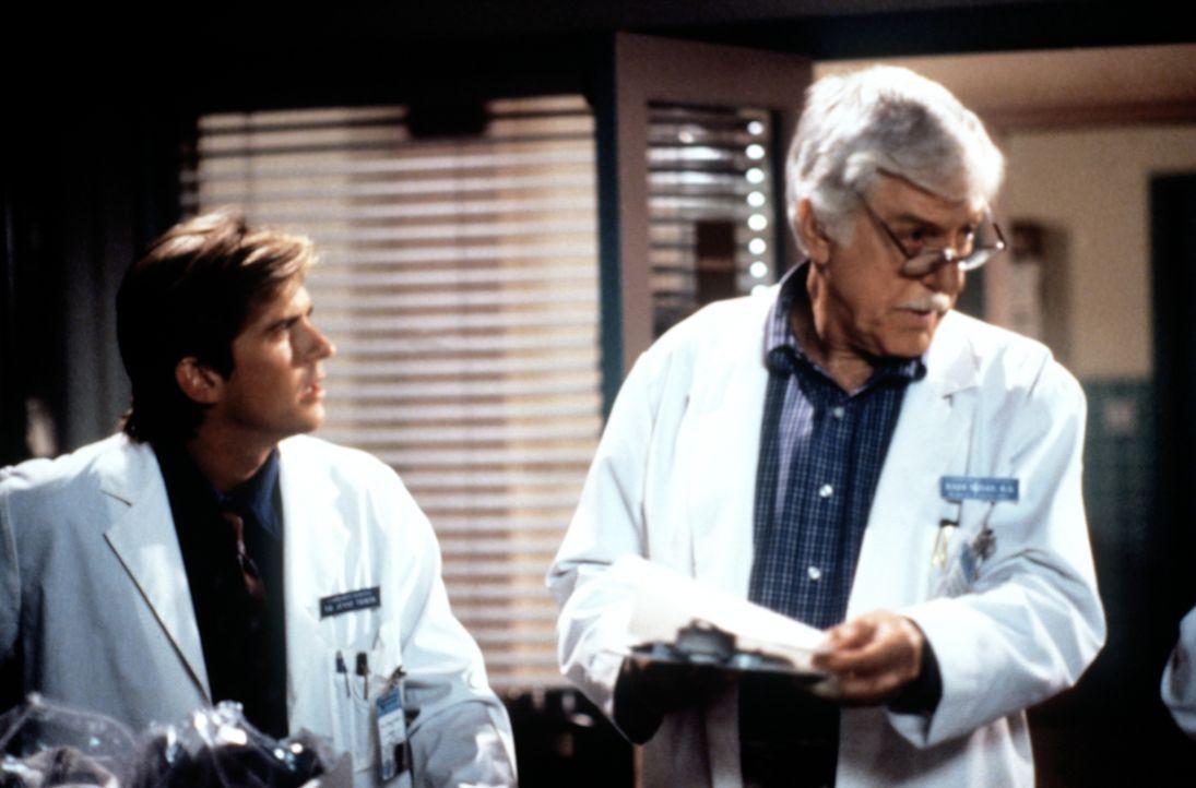 Jesse (Charlie Schlatter, l.) sucht Rat bei Mark (Dick Van Dyke, r.), da er glaubt, nicht genug für einen Patienten, der an einem Herzinfarkt gestor... - Bildquelle: Viacom