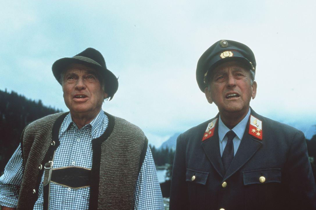 Dr. Pankraz Obermayr (Walther Reyer, l.); Gendarm Gilch (Maxl Graf, r.) - Bildquelle: Beta Film GmbH