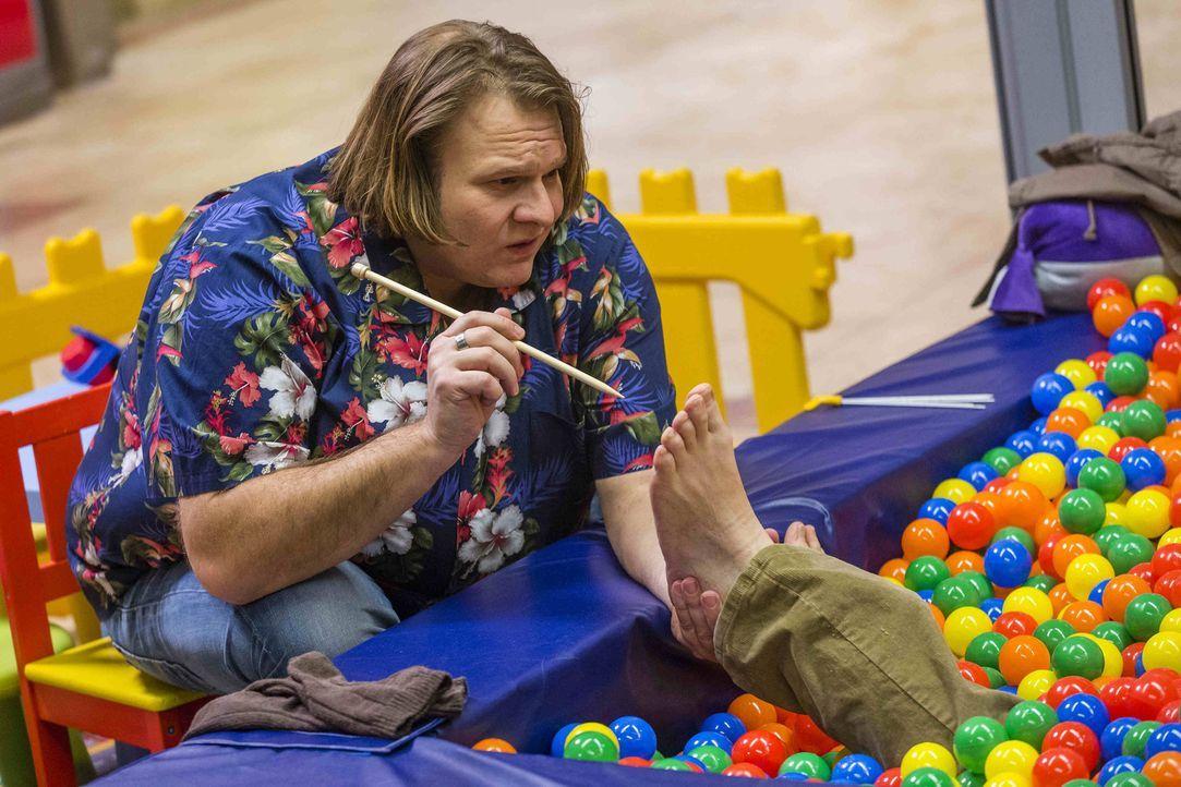 Da Kurt behauptet, gelaufen zu sein, wird er von Nils (Oliver Fleischer) im Bällebad behandelt, um herauszufinden, ob er wirklich die Wahrheit sagt... - Bildquelle: Frank Dicks SAT.1