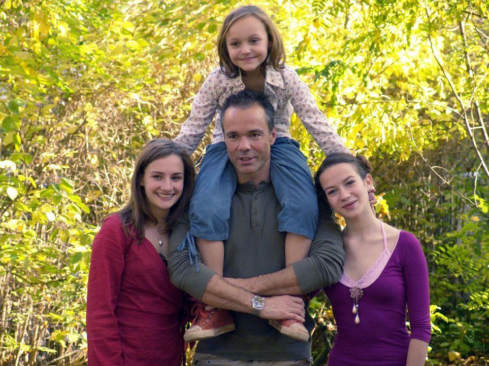 Harald (Hannes Jaenicke, M. unten) hat seine Töchter Jessy (Karoline Teska, l.), Marla (Nina Gummich, r.) und Floh (Nina Monka, M. oben) generalstab... - Bildquelle: Volker Roloff ProSieben