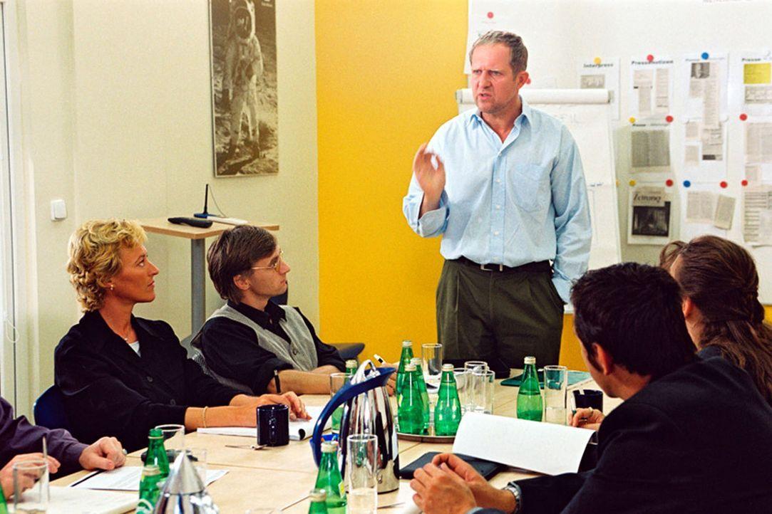 Wolfgang (Harald Krassnitzer, M.) stellt das neue Konzept für die Beilage der Zeitung vor. - Bildquelle: Jiri Hanzl Sat.1