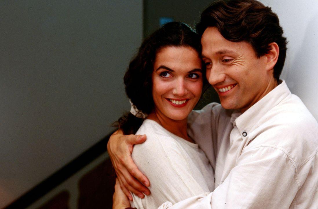 Dr. Kampmann (Ulrich Reinthaller, r.) und Dr. Herzog (Anne von Linstow, l.) sind glücklich miteinander. - Bildquelle: Krajewsky Sat.1