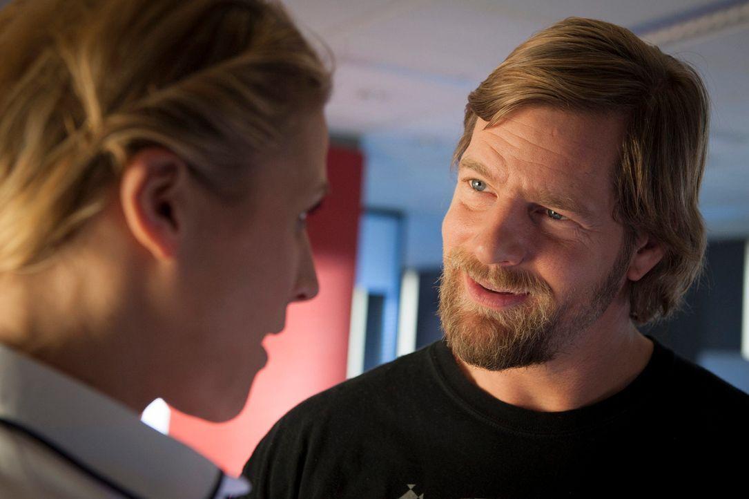 Zu Micks (Henning Baum, r.) Leidwesen mischt sich Tanja in seine Affäre mit Steffi Averdunk (Franziska Weisz, l.) ein ... - Bildquelle: Martin Rottenkolber SAT.1