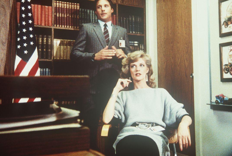 Während Lee (Bruce Boxleitner, l.) gegen seine vorläufige Suspendierung vom Dienst ankämpft, bearbeitet Francine (Martha Smith, r.) ihren Chef, Gnad... - Bildquelle: CBS Television