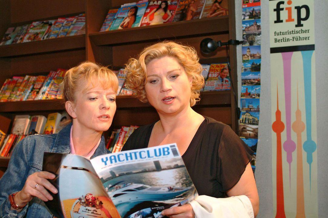 Agnes (Susanne Szell, r.) überredet Helga (Ulrike Mai, l.) dazu, endlich mal den Alltag hinter sich zu lassen und eine Bootstour zu machen. - Bildquelle: Monika Schürle Sat.1