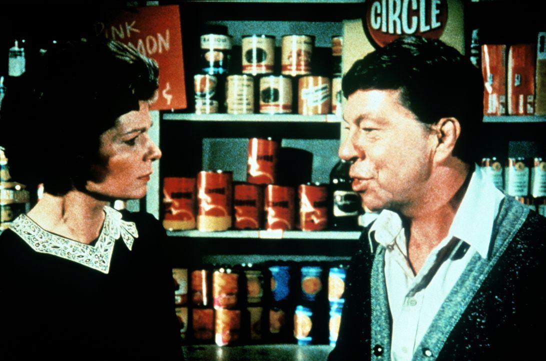 Ike Godsey (Joe Conley, r.) und seine Frau Corabeth (Ronnie Claire Edwards, l.) geraten in letzter Zeit immer häufiger in Streit. Meistens geht es d... - Bildquelle: WARNER BROS. INTERNATIONAL TELEVISION