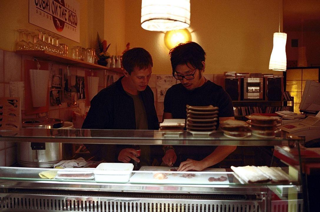 Als die brutale Russenmafia von den Betreibern der modernen Sushi-Bar, Lars (Benno Fürmann, l.) und Kim (Ill-Young Kim, r.), regelmäßig Schutzgelder... - Bildquelle: Jeanne Degraa ProSieben