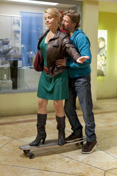 Verstehen sich äußerst gut: Danni (Annette Frier, l.) und Josh (Andreas Guenther, r.) ... - Bildquelle: Frank Dicks SAT.1
