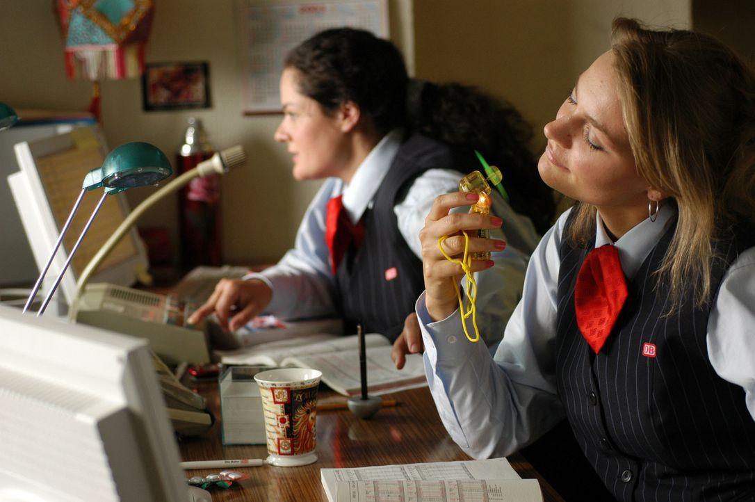 """Täglich muss Alma (Katrin Filzen, l.) die einfältigen Ratschläge ihrer Kollegin Vera (Martina Hill, r.) über sich ergehen lassen. Doch dann tritt """"M... - Bildquelle: Willi Weber ProSieben"""