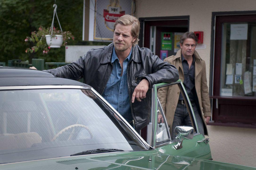 Als Meisner (Robert Lohr, r.) immer wieder das Gespräch mit Tanja sucht, keimt in Mick (Henning Baum, l.) der Verdacht auf, dass der Gerichtsmedizin... - Bildquelle: Martin Rottenkolber SAT.1