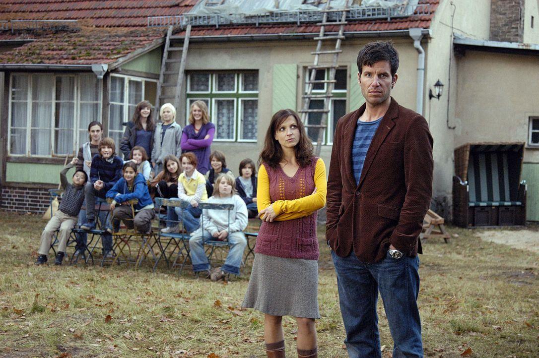 Esther (Julia Brendler, M.) und ihre 13 Kinder hoffen auf tatkräftige Unterstützung von Leon (Tim Bergmann, r.), um das Dach ihres Hauses wieder dic... - Bildquelle: Oliver Feist Sat.1