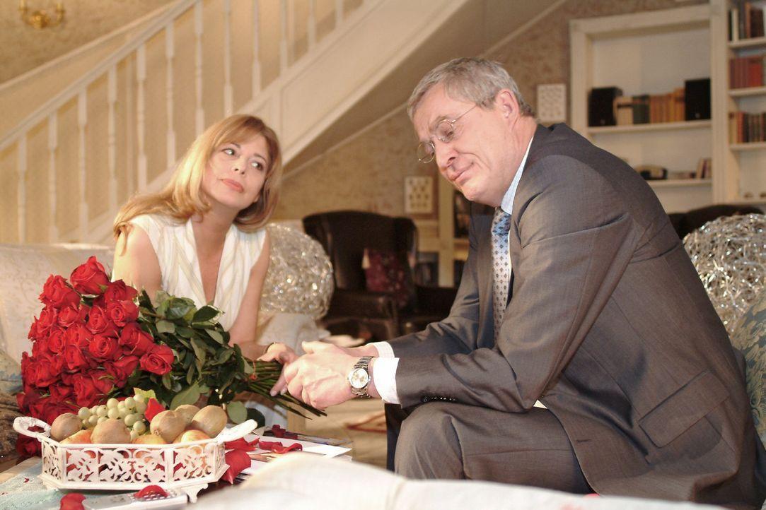 Friedrich (Wilhelm Manske, r.) ist dankbar, dass Laura (Olivia Pascal, l.) für seinen Entschluss, wieder in die Firma einzusteigen, Verständnis zeig... - Bildquelle: Monika Schürle Sat.1