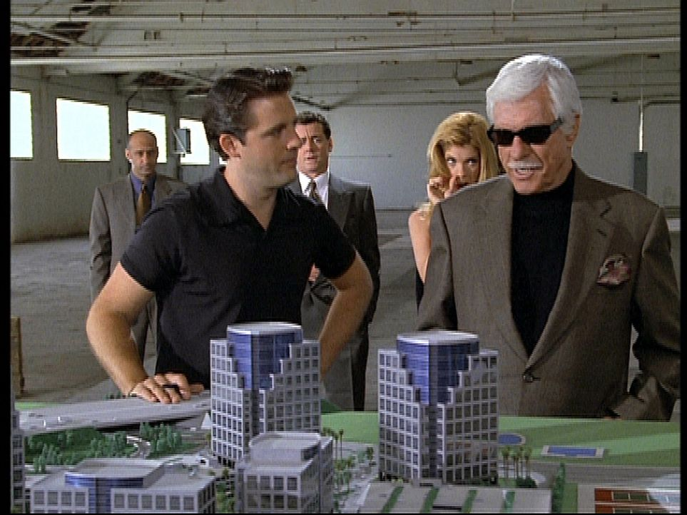 Der Gangsterboss Greg (Dick Van Dyke, r.), der Mark zum Verwechseln ähnlich sieht, betrachtet ein Bauprojekt, das ihm der Freund seiner Tochter, Edd... - Bildquelle: Viacom