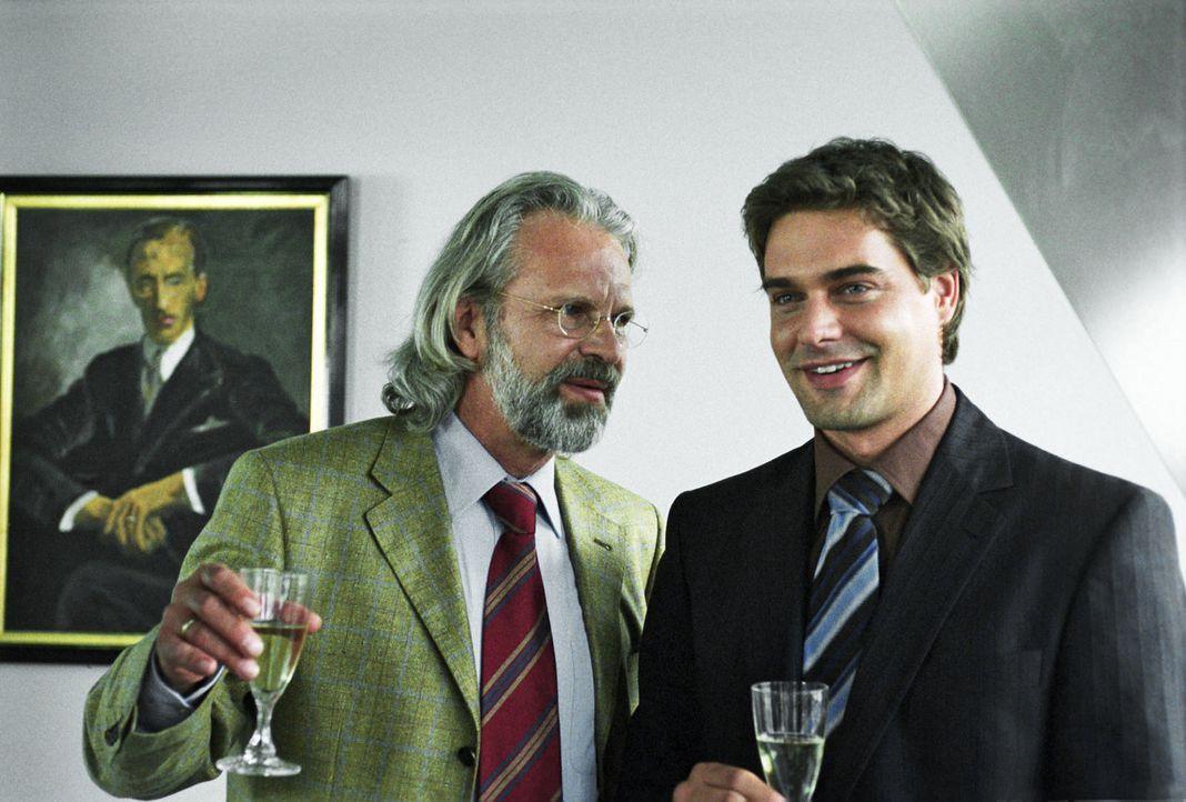 Maximilian von Au (Peter Sattmann, l.), Inhaber der Anwaltskanzlei, ist stolz auf Kai (Raphaël Vogt, r.) und möchte ihn zum Teilhaber machen. - Bildquelle: Aki Pfeiffer Sat.1
