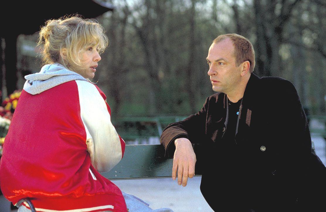 Zwischen Markus (Herbert Knaup, r.) und Louisa (Claudia Messner, l.) funkt es plangemäß - sehr zum Missfallen von Louisas Kindern Julia und David, d... - Bildquelle: Rolf von der Heydt ProSieben