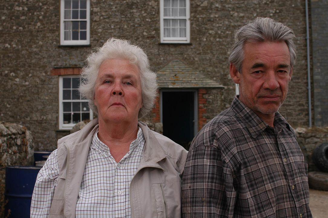 Doc Martins Patientin, Phil Pratts (Roger Lloyd Pack, r.) Ehefrau, erleidet einen Herzanfall und stirbt ihm unter den Händen weg. Nun beschuldigt Ph... - Bildquelle: BUFFALO PICTURES/ITV