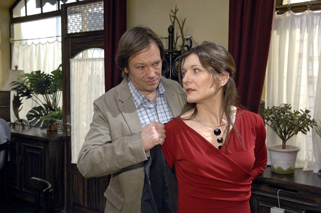 Armin (Rainer Will, l.) glaubt, dass Leonore König (Chantal Dom, r.) ein Auge auf ihn geworfen hat ... - Bildquelle: Claudius Pflug Sat.1