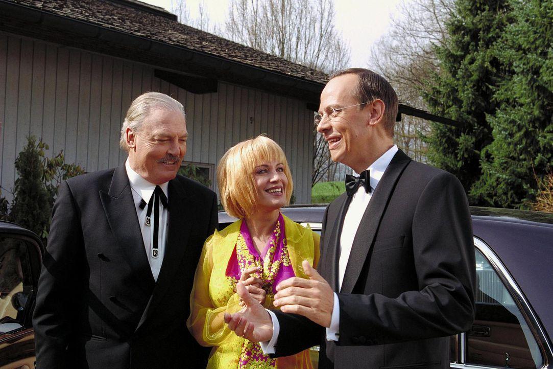 Lydia (Sonja Kirchberger, M.) und Vincent Lufft (Moritz Lindbergh, r.) begrüßen Richard Henderson (Stacy Keach, l.) auf ihrer Sommerparty. - Bildquelle: Erika Hauri Sat.1
