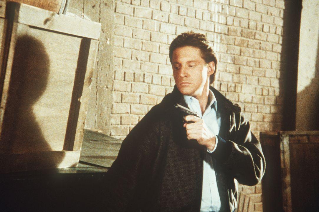 """Lee (Bruce Boxleitner) nähert sich dem Restaurant """"Moskovy"""", einem geheimen Unterschlupf des KGB. Was bekommt er dort zu hören?"""
