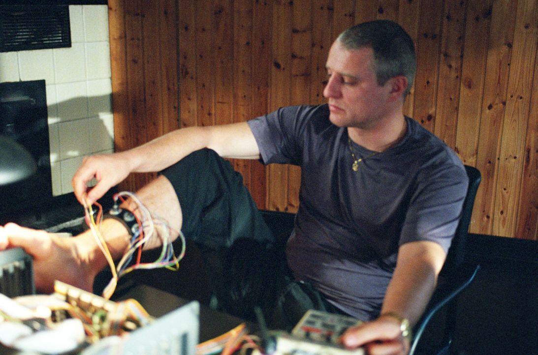Wird Brunner (Filip Peteers) den Code seiner elektronischen Fußfessel knacken können? - Bildquelle: Wolfgang Jahnke Sat.1