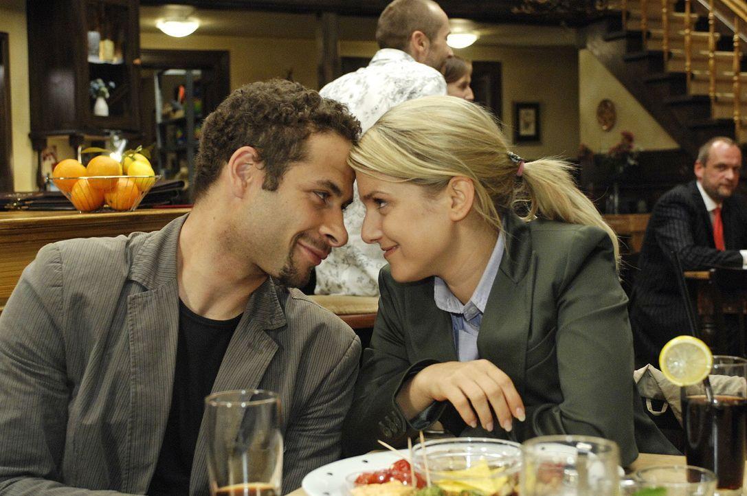 Jannick (Mike Adler, l.) und Anna (Jeanette Biedermann, r.) sind nach dem Shooting gut gelaunt ... - Bildquelle: Oliver Ziebe Sat.1