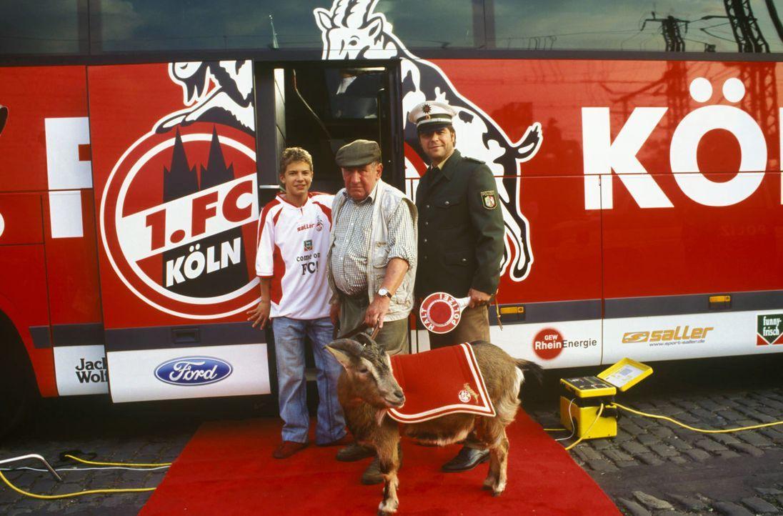 """Flo (Tim Grindau, l.) und Jupp (Uwe Fellensiek, r.) sollen auf ein Foto für die Kampagne """"Kölner lassen keinen alleine"""". Dazu kommen auch noch FC-Ge... - Bildquelle: Martin Lässig Sat.1"""