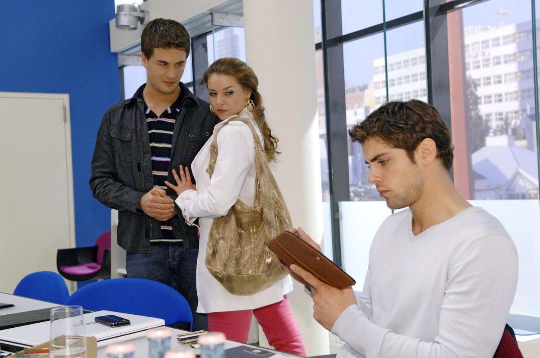 Katja (Karolina Lodyga, M.) gelingt es nicht, Jonas (Roy Peter Link, r.) mit Lars (Alexander Klaws, l.) eifersüchtig zu machen. - Bildquelle: Claudius Pflug Sat.1