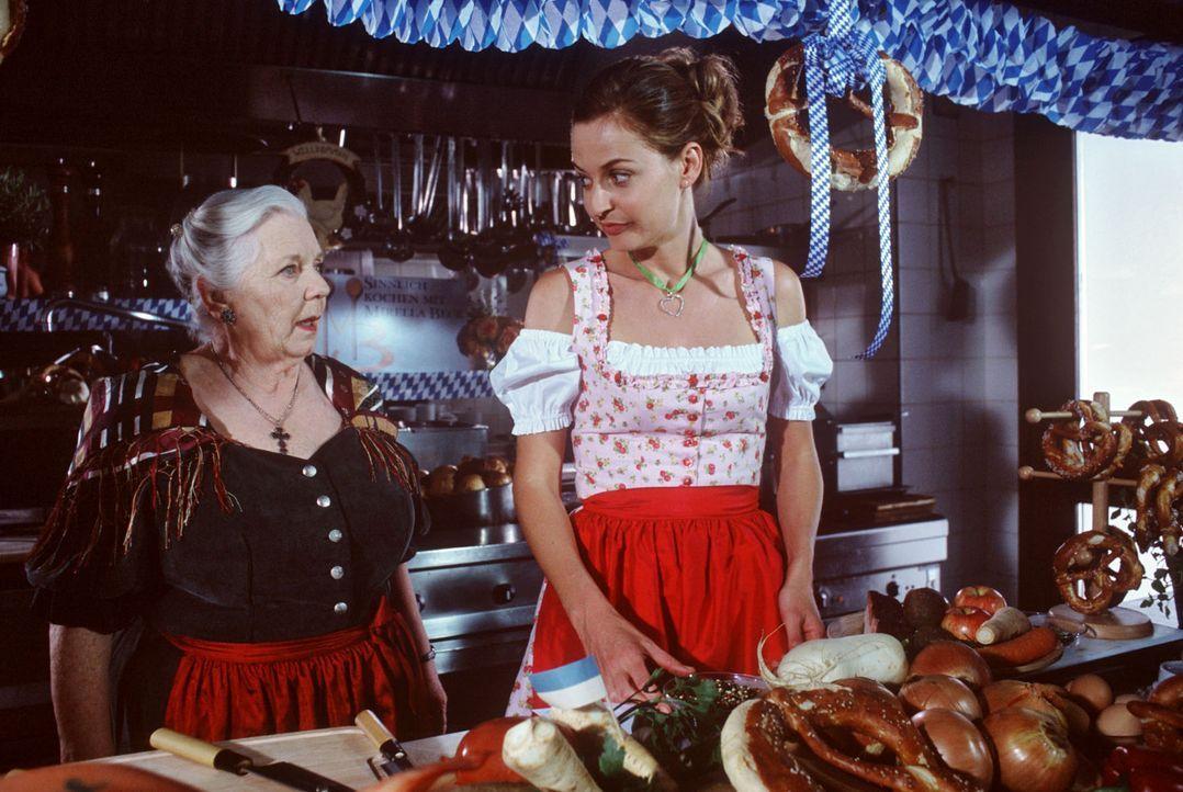 Mirella Beck (Franziska Schlattner, l.) lädt Resi (Ruth Drexel, M.) in ihre Kochshow ein. Resi nutzt die Gelegenheit, um Werbung für ihre kleine, ab... - Bildquelle: Magdalena Mate Sat.1