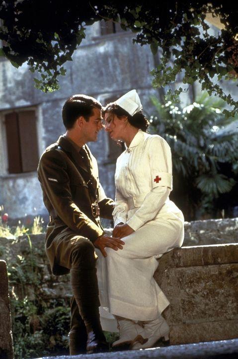 Nach anfänglichem Zögern erwidert Agnes von Kurowsky (Sandra Bullock, r.) Ernest Hemingways (Chris O'Donnell, l.) Gefühle. Nach einer Liebesnacht be... - Bildquelle: Warner Bros.