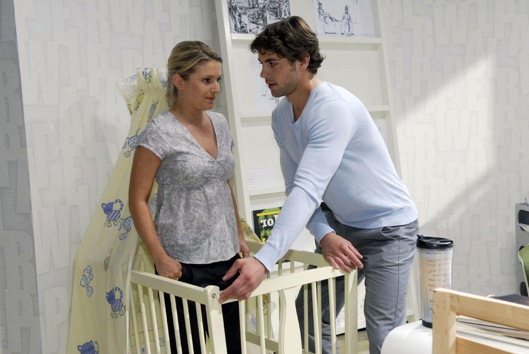 Auch wenn es ihr schwerfällt, hilft Anna (Jeanette Biedermann, l.) Jonas (Roy Peter Link, r.) beim Aufbau der Babywiege. - Bildquelle: Christoph Assmann Sat.1