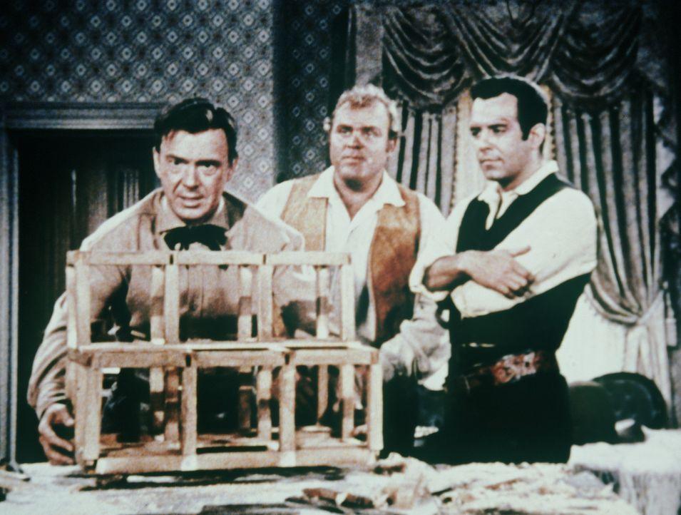 (v.l.n.r.) Stolz präsentieren der Ingenieur Deidesheimer (John Beal), Hoss (Dan Blocker) und Adam Cartwright (Pernell Roberts) eine neue Sicherheits... - Bildquelle: Paramount Pictures