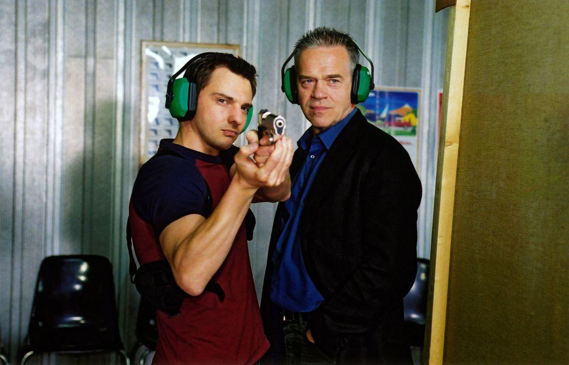 Kommissar Wolff (Jürgen Heinrich, r.) und Tom (Steven Merting, l.) trainieren am Schießstand - Bildquelle: Claudius Pflug Sat.1