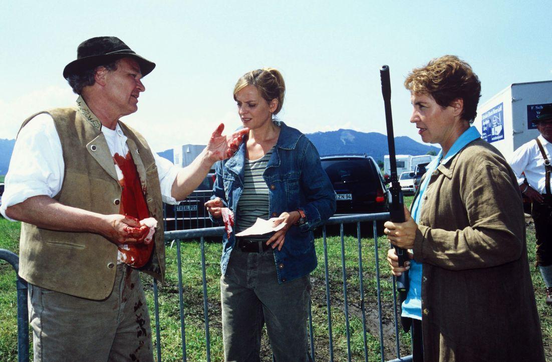 Sabrina (Katerina Jacob, r.) und Dr. Behrens (Annette Wunsch, M.) beschlagnahmen Burgers (Michael König, l.) Betäubungsgewehr und sein Hemd. - Bildquelle: Magdalena Mate Sat.1